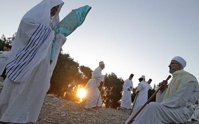An illustrative photo of Samaritans praying on Mount Gerizim, where Leiba hopes to establish a joint Israeli-Palestinian clinic (photo credit: Dror Garti/Flash 90)