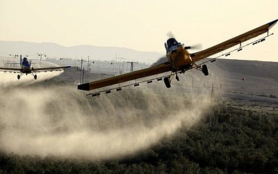 Aircraft spraying pesticides at the fields in Ramat Hanegev March 11 2013. as swarms of locusts invaded the south of Israel. (Flash90)