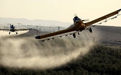 Aircrafts spraying pesticides over agricultural fields in Ramat Negev, March 11, 2013. (photo credit: Flash90)