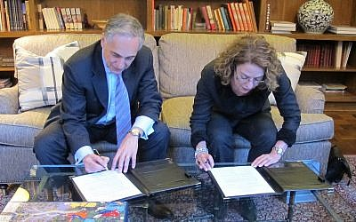 University of Chicago President Robert J. Zimmer (L) and Ben Gurion University President Rivka Carmi sign the MOU on water research at a March 8 signing ceremony in Chicago (Photo credit: Courtesy BGU)