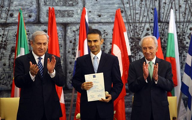 Netanyahu and Peres enthusiastically thanking a Turkish firefighter for his help during the Carmel forest fire (Photo credit: Abir Sultan/ Flash 90)