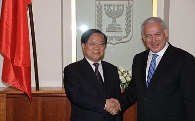 Prime Minister Benjamin Netanyahu (R) with Chinese culture minister Cai Wu in Jerusalem, June 22, 2011. (photo credit: Amos Ben Gershom/GPO/Flash90)