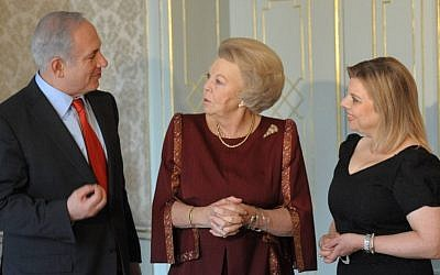 Dutch Queen Beatrix, center, with Prime Minister Benjamin Netanyahu and his wife, Sarah, in the Hague, January 19, 2012 (photo credit: Amos Ben Gershom/GPO/Flash90)