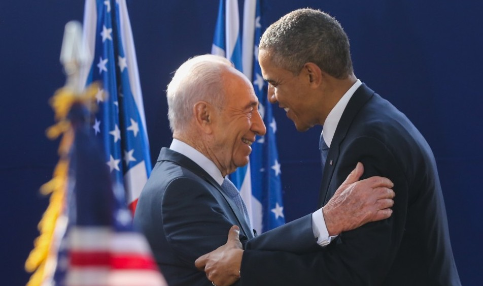Ex-president Shimon Peres greets US President Barack Obama at a reception held in Obama's honor at Peres's residence in Jerusalem on March 20, 2013. (Yossi Zamir/Flash90)