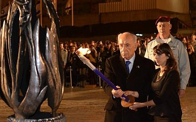 President Shimon Peres lights a torch in memory of Israel's fallen at a memorial ceremony in front of the Western Wall in Jerusalem, Sunday, April 14, 2013 (photo credit: Mark Neyman/GPO/Flash90)