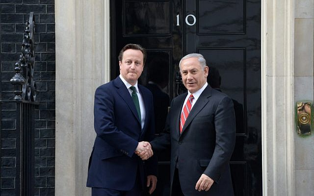 Prime Minister Benjamin Netanyahu meets with British Prime Minister David Cameron in London on April 17, 2013. (Amos Ben Gershom/GPO/Flash90)