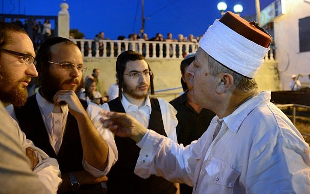 A Samaritan priest explains ritual to Ultra-Orthodox Jews, April 23 (photo credit: Yossi Zeliger/Flash90)