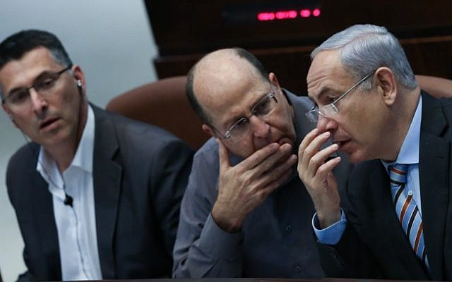 Benjamin Netanyahu (right) talks with Moshe Ya'alon (center). (Photo credit: Yonatan Sindel/Flash90)