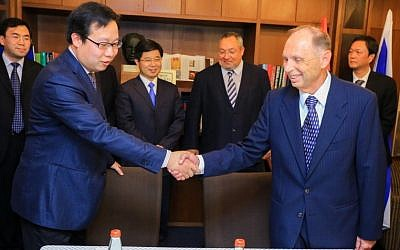 An official from Changzhou (L) shakes hands with Lexifone CEO Dr. Ike Sagie after the two signed a memorandum of understanding for the opening of an R&D center in the Chinese city (Photo credit: Courtesy)