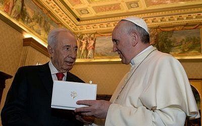 President Shimon Peres meeting with Pope Francis I at the Vatican in Rome, Italy on April 30, 2013. (photo credit: Kobi Gideon/GPO/Flash90)