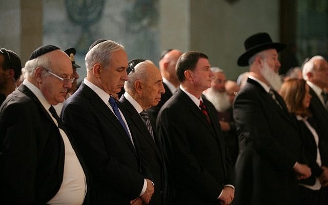 Prime Minister Benjamin Netanyahu, second from left, and President Shimon Peres, to his right, at the Knesset Holocaust Remembrance Day ceremony on April 8, 2013. Chief Ashkenazi Rabbi Yona Metzger is in the black hat. (photo credit: courtesy GPO)