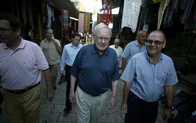 Warren Buffett (L) and Eitan Wertheimer (R), chairman of the Board of Iscar Metalworking companies, visit the Old City of Jerusalem, May 2013 (Photo credit: Pierre Terdjman / Flash90)