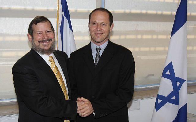 Nir Barkat takes over as Jerusalem's mayor from Uri Lupolianski, December 3, 2008. (Photo credit: FLASH90)