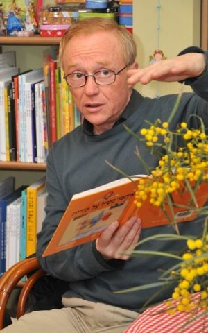 """David Grossman always likes reading to kids, being """"tourists"""" in the same story (photo credit: Jorge Novominsky/Flash 90)"""