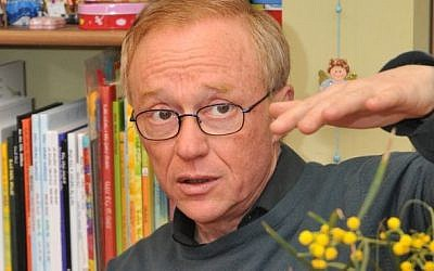 "David Grossman always likes reading to kids, being ""tourists"" in the same story (photo credit: Jorge Novominsky/Flash 90)"