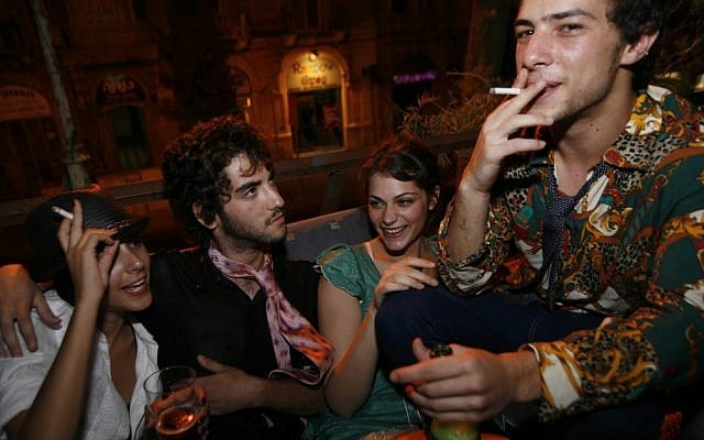 Israelis smoking and drinking. (photo credit: Miriam Alster/Flash90)