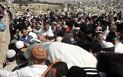 The funeral of Ben-Yosef Livnat, killed by Palestinian security officers near Nablus in April 2011. (Yossi Zamir/Flash90/File)