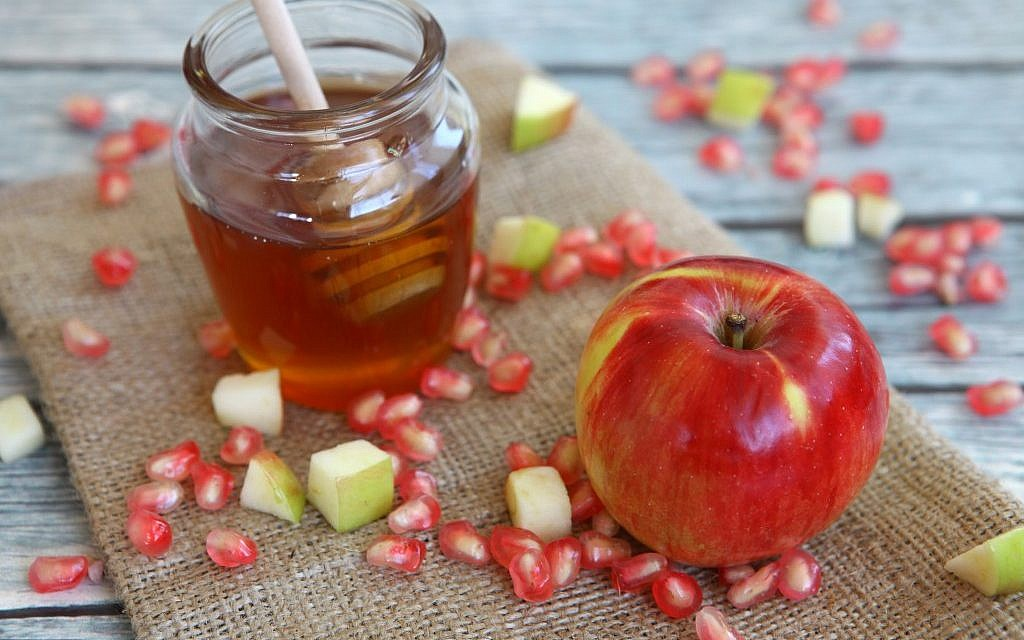 The Rosh Hashanah custom of dipping apples in honey had its start among Ashkenazi Jews. (Liron Almog/Flash90)