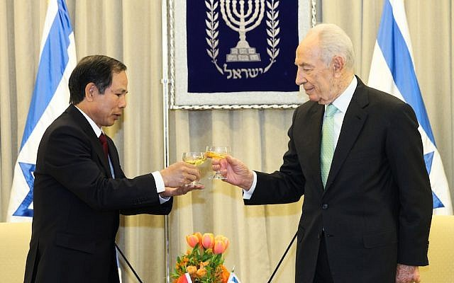 The new ambassador to Israel from Vietnam, Mr. Ta Duy Chinh, is welcomed by Israeli president Shimon Peres at the President's house in Jerusalem at a ceremony on February 28 2013 (Photo credit: Issac Harari/ FLASH90)