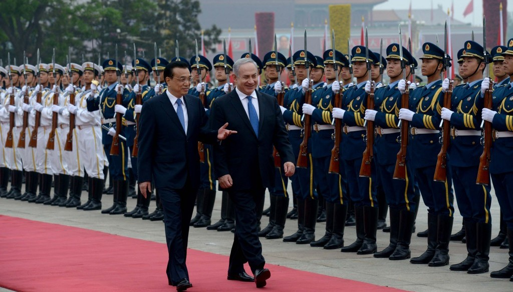 China's Prime Minister Li Keqiang and Prime Minister Benjamin Netanyahu review an honor guard at the Great Hall of the People in Beijing on May 8, 2013. (Photo credit: Avi Ohayon/GPO/FLASH90)