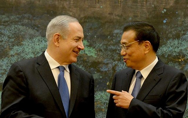 Prime Minister Benjamin Netanyahu (L) talks to Chinese Premier Li Keqiang at the Great Hall of the People in Beijing, on May 8, 2013. (photo credit: Avi Ohayon/GPO/Flash90)