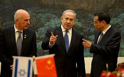 Benjamin Netanyahu (center) talks to China's Premier Li Keqiang (right) at the Great Hall of the People in Beijing, May 8, 2013 (photo credit: Avi Ohayon/GPO/Flash90)
