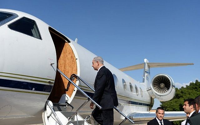 Prime Minister Benjamin Netanyahu boards a plane to Russia, Tuesday, May 14, 2013 (photo credit: Kobi Gideon/GPO/Flash90)