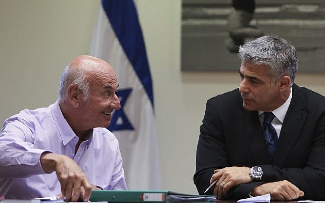 Yaakov Peri (left) and Yair Lapid at the Knesset (Yonatan Sindel/Flash90)