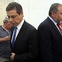 Danny Ayalon (right) and Avigdor Liberman in court in 2013. The two men, once close allies, did not speak (Yossi Zamir/POOL/Flash90)