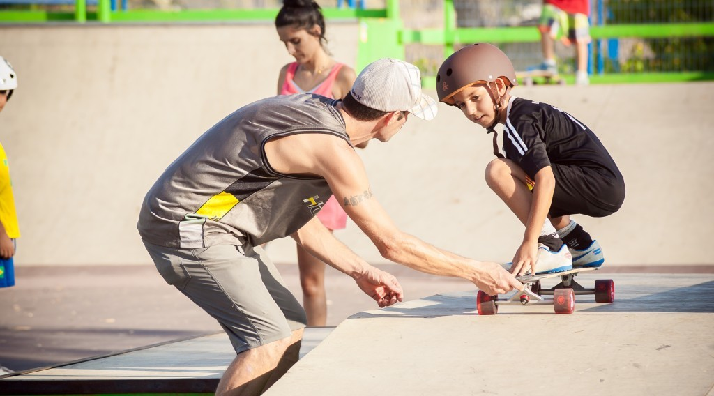 An impromptu private lesson at the Sderot Longboarding for Peace event (photo credit: Yair Hasidof)