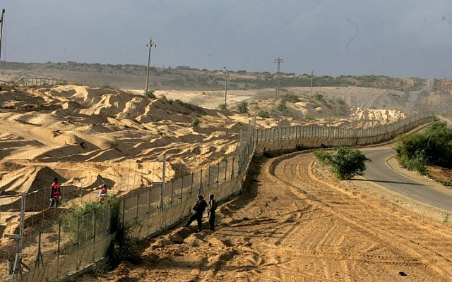 The border near Netiv Ha'asara after a 2007 terror attack (Photo credit: Edi Israel/ Flash 90)