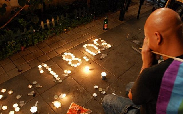 A man mourns the dead in the Bar Noar shooting in Tel Aviv, August 2, 2009 (photo credit: Gili Yaari/Flash90)