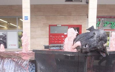 Severed cow head placed at a Tel Aviv fountain, on March 5, 2013. (photo credit: Roni Schutzer/Flash90)
