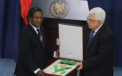 PA President Mahmoud Abbas welcomes to Ramallah the president of Maldives, Mohammed Waheed Hassan, on June 4, 2013. (photo credit: Issam Rimawi/Flash90)
