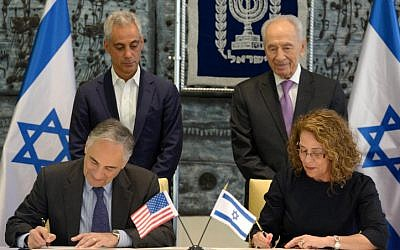 President Shimon Peres (R) and Chicago Mayor Rahm Emmanuel oversee the signing a cooperation agreement between Ben Gurion univeristy and Chicago University, at the President's residence in Jerusalem on  Monday, June 24 (photo credit:  Mark Neyman/GPO/Flash90)