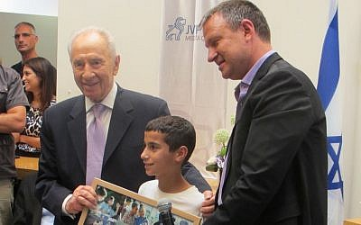 Ofik (center), a young man in JVP's mentor program, is flanked by President Shimon Peres (L) and MK Erel Margalit (Photo credit: Courtesy)