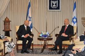 Ismail Coovadia with Shimon Peres (photo credit: Courtesy)
