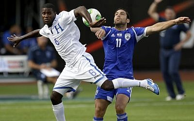 Honduras's Juan Garcia (left), and Israel's Menachem Shechter (right) compete for the ball during an international friendly soccer match at Citi Field in New York, June 2, 2013. (AP/Seth Wenig)