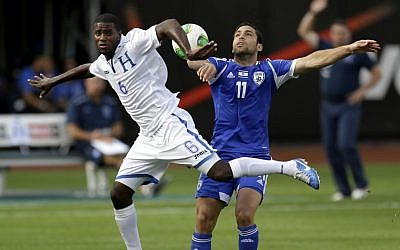 Honduras's Juan Garcia, left, and Israel's Menachem Shechter compete for the ball during the first half of an international friendly soccer match at Citi Field in New York, Sunday, June 2, 2013 (photo credit: AP Photo/Seth Wenig)