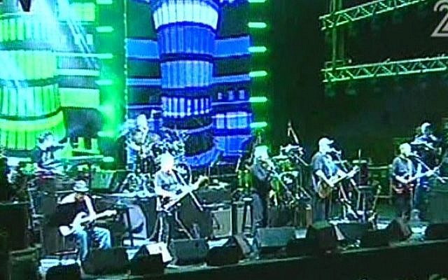 Kaveret plays the first in a series of reunion concerts in Jerusalem's Sultan's pool, on Wednesday, June 19 (image capture: Channel 2)