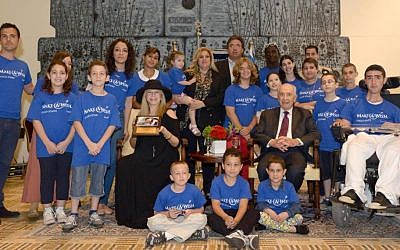 Shimon Peres, Barbra Streisand, and the 'Make-a-Wish' children, at the President's Residence on Monday. (photo credit: Mark Neiman/GPO)