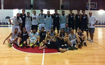 The Russian (blue) and Guinea Bissau Maccabiah basketball teams (photo credit: Aaron Kalman)