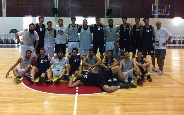 The Russian (blue) and Guinea Bissau Maccabiah basketball teams (photo credit: Aaron Kalman)
