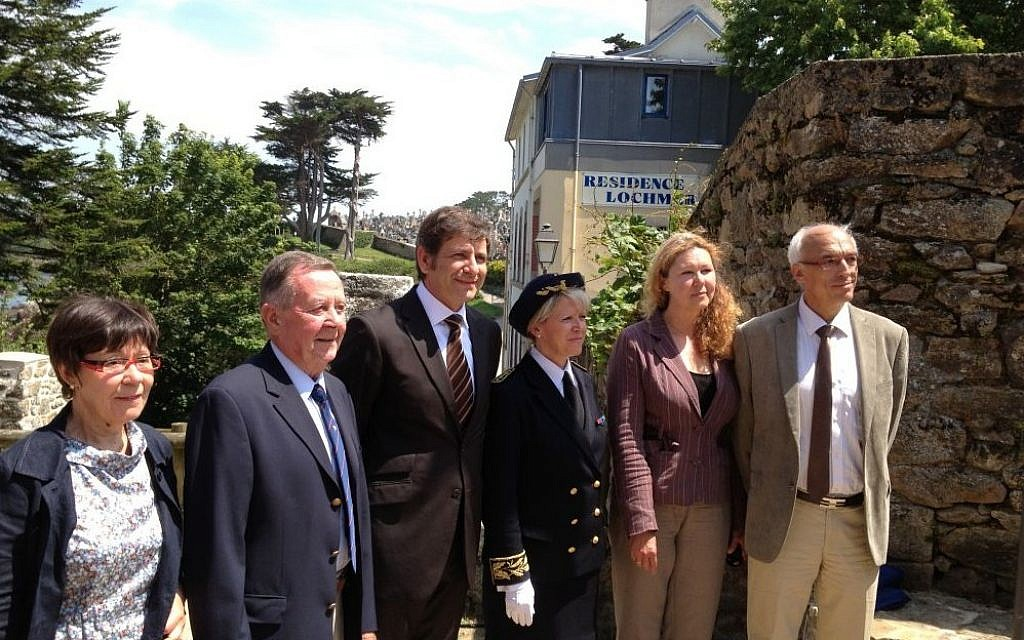 Yad Vashem representatives Norbert and Marie-France Bensaadon, right, stand next to Douarnenez mayor Philipe Paul, center, and members of the Le Guellec family, left, at a monument unveiling ceremony in Douarnenez (photo credit: Elhanan Miller/Times of Israel)