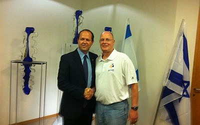 USA Open Men's Basketball head coach Brad Greenberg (right) meets with Jerusalem Mayor Nir Barkat. (photo credit: Raphael Gellar/Times of Israel)