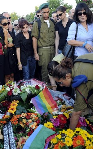 Soldiers at the funeral of Nir Katz, one of two people killed at the Israel Gay Youth club in August 2009 (Photo credit: Jorge Novominsky/ Flash 90)
