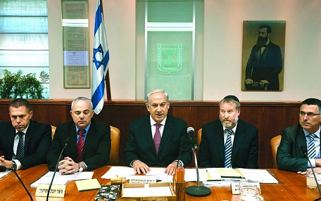 Prime Minister Benjamin Netanyahu (center) flanked by ministers at the cabinet meeting on July 28, 2013. (photo credit: Miri Tzahi/Flash90)