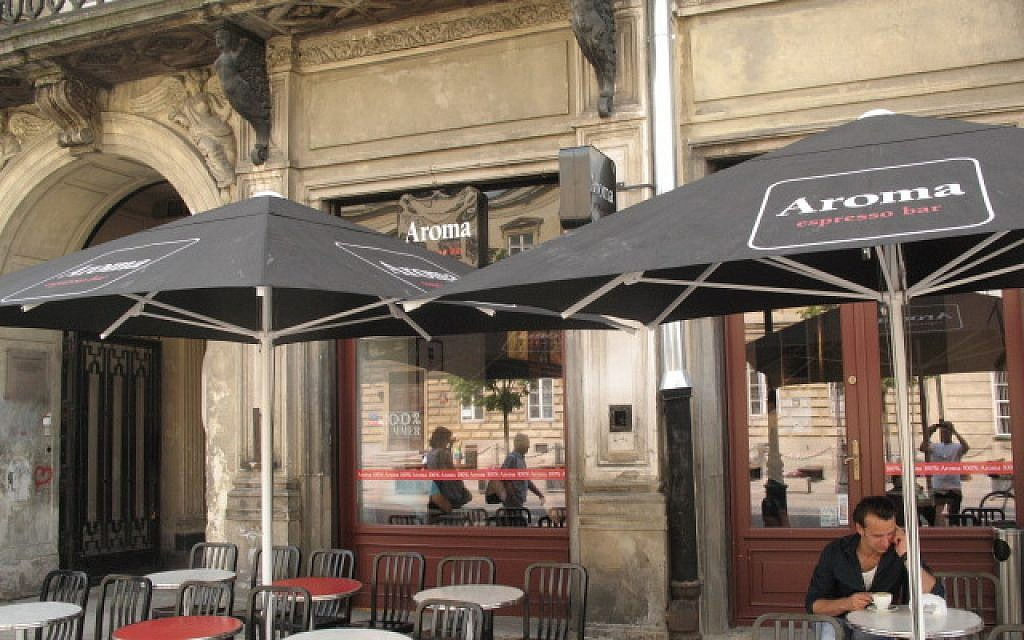 Aroma offers outside seating during Poland's brief summer. (photo credit: Nissan Tzur/Times of Israel)