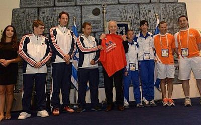 Shimon Peres hosts Maccabiah athletes, Tuesday (photo credit: Maccabi Nederland/via Facebook)