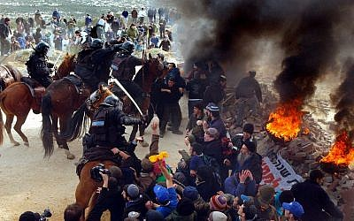 Police clashing with settlers and protesters at the Amona outpost in 2006. (Yossi Zamir, Flash90)